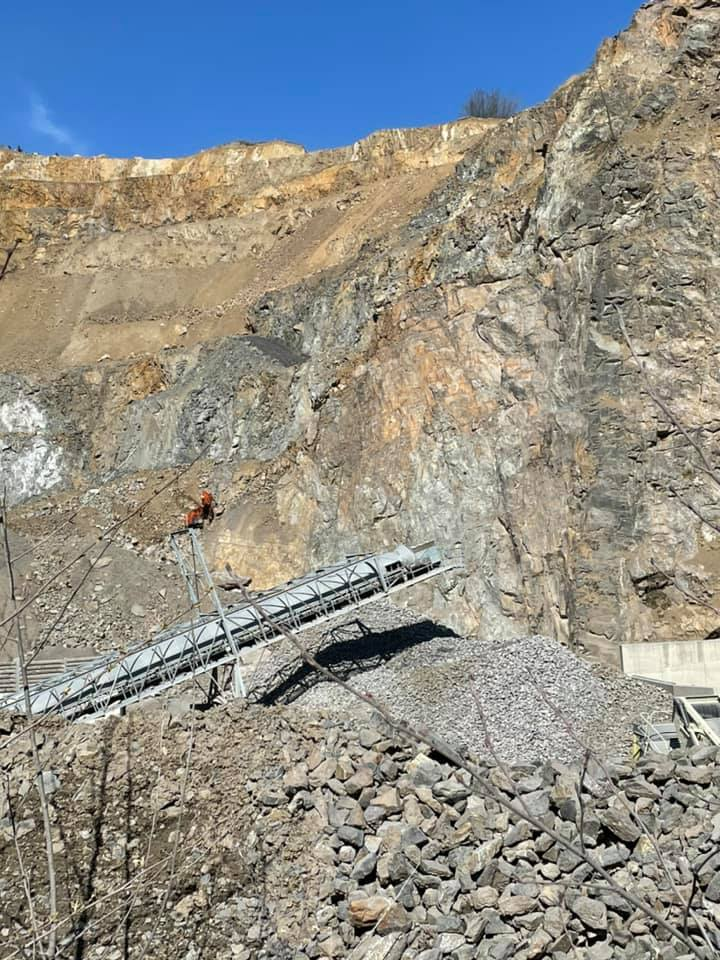 Bagger in Steinbruch abgestürzt